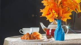 静物画用茶和新月形面包 免版税图库摄影