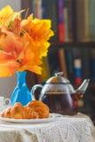 静物画用茶和新月形面包 库存照片