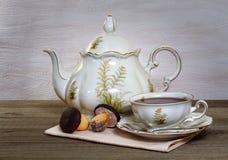 静物画用茶和曲奇饼 免版税库存图片