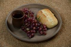 静物画用葡萄、酒和面包 库存照片