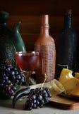 静物画用酒、葡萄和乳酪 免版税库存照片