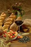 静物画用面包、cherrys和酒 图库摄影