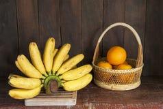 静物画用香蕉和桔子 库存照片