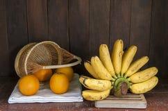 静物画用香蕉和桔子 免版税库存图片