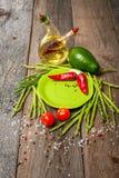 静物画用绿色板材芦笋,鲕梨 免版税图库摄影
