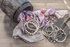静物画细节、围巾和珍珠在箱子 库存图片