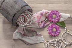 静物画细节、围巾和珍珠在葡萄酒木箱 库存照片
