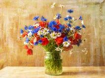 静物画花束五颜六色的野花 免版税库存图片
