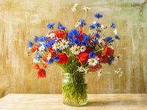 静物画花束五颜六色的野花 库存图片