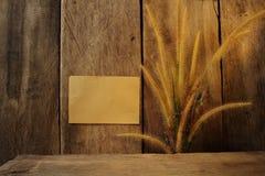 静物画花狐尾杂草和纸垫 免版税库存照片