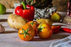 静物画菜、草本和果子作为成份 库存照片