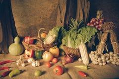 静物画蔬菜、草本和水果 免版税库存图片