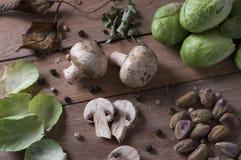 静物画蘑菇、开心果和抱子甘蓝 库存图片