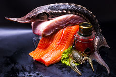 静物画-鱼子酱和鱼 免版税库存图片