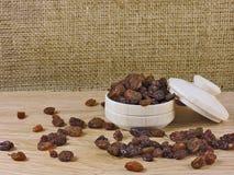静物画,葡萄干,木碗 免版税库存图片