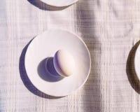 静物画:在板材的鸡蛋 免版税库存图片