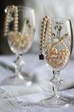 静物画:在玻璃的珍珠 免版税库存照片