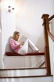 静静地读放松的书女孩少年 图库摄影