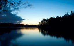 静音夜间的湖 库存图片