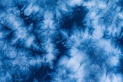 靛蓝在棉布,染料靛蓝织品的蜡染布染料的样式 库存照片