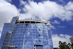 靛蓝旅馆在蓝天下 库存照片