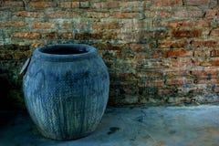 靛蓝洗染的织品的特写镜头瓶子在砖墙 免版税库存图片