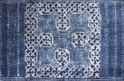 靛蓝被洗染的蜡染布布料 免版税库存照片