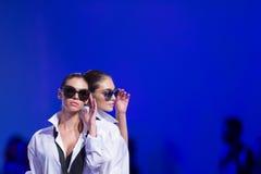 索非亚时尚星期女性太阳镜 免版税库存照片