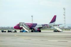 索非亚,保加利亚- 2015年4月13日:飞机在终端门附近准备好起飞 乘员组飞机为飞行做准备 W 免版税库存图片