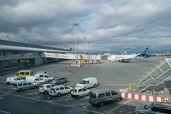 索非亚,保加利亚- 2016年11月13日:索非亚有飞机和支持车的国际机场外部  库存图片