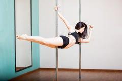 非凡的女性杆健身姿势 免版税库存图片