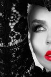 非常一名美丽的白肤金发的妇女的画象有甜红色嘴唇的嫉妒的在一种肉欲的发型的 免版税库存图片