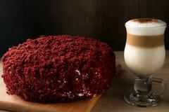 非常与一个杯子的鲜美和开胃伯根地天鹅绒蛋糕盖帽 库存图片