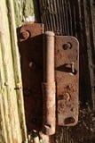 非常与生锈的铰链的老门 库存图片