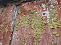 非常与被剥皮的油漆的老侧房墙壁  大厦是超过100一百年 库存照片