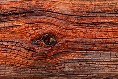 非常与许多的时间之前风化的被烧焦的红色年迈的木头老板条裂缝 免版税图库摄影