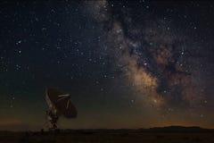 非常与银河的大列阵在新墨西哥 免版税库存图片