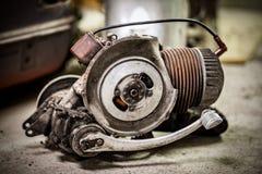非常从老意大利摩托车滑行车的肮脏和油腻的引擎 免版税库存图片