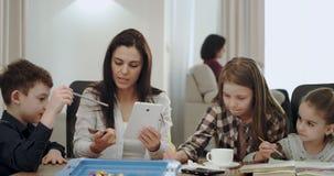 非常传神成熟母亲,当做与她的孩子时的家庭作业她采取信用卡并且开始定购某事 影视素材