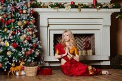 非常印度红莎丽服说谎的美丽和肉欲的白肤金发的女孩 免版税库存图片