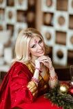 非常印度红莎丽服sitti的美丽和肉欲的白肤金发的女孩 图库摄影