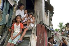 非常可怜的菲律宾家庭,马尼拉家庭画象  免版税库存照片