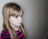 非常哀伤的哭泣的孩子 免版税库存图片