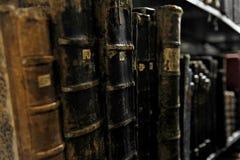 非常在一个架子的旧书在档案屋子里 免版税图库摄影