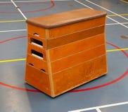 非常在学校健身房的老木设备 库存图片