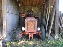 非常在我的vilage的老拖拉机, Maoce,黑山 库存图片