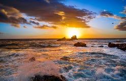 非常在拉古纳海滩的五颜六色的日落 免版税库存照片