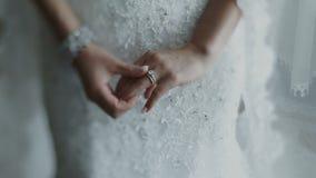 非常在新娘` s手指的美好的婚戒 股票录像
