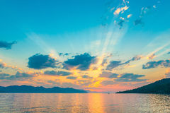 非常在朝阳的光芒的美丽的天空 库存图片