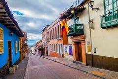 非常在波哥大的老部分的迷人的街道与 免版税图库摄影
